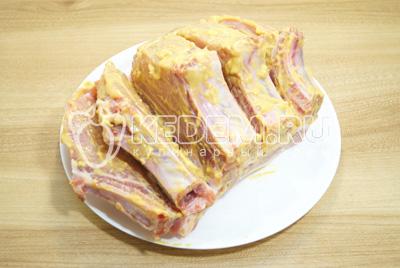Обмазать мясо со всех сторон.