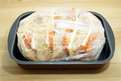 Добавить ломтики сыра. Выложить мясо в рукав для запекания и закрепить. Запекать в глубокой форме.