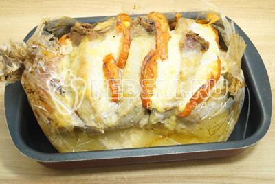 Мясо готовить в духовке при 180 градусах 1 час. Рукав вскрыть и хорошенько полить соком мясо.