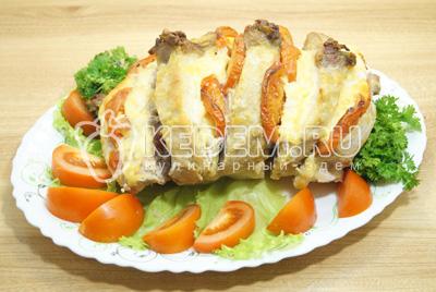 Выложить на блюдо с зеленью и овощами.