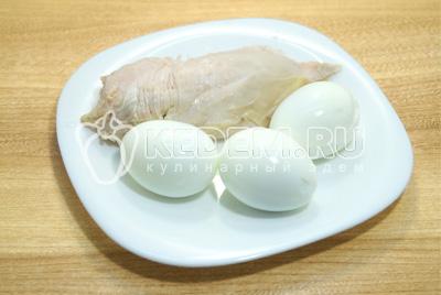 Куриное филе и яйца отварить, остудить и очистить.