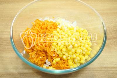 Добавить кукурузу и морковь по-корейски.