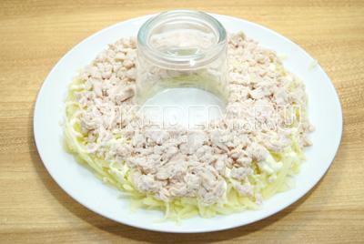 Выложить слой отварной курицы, немного посолить и смазать майонезом.