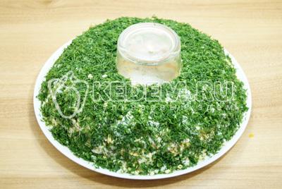 Посыпать весь салат измельченной зеленью укропа.