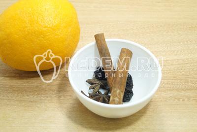 Приготовить специи, апельсин хорошо вымыть.