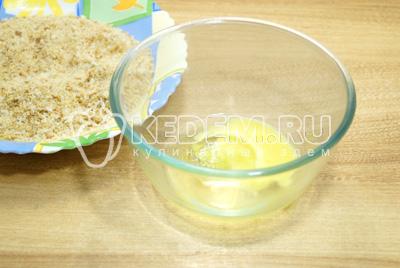 Взбить яйцо и приготовить панировочные сухари.