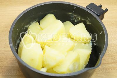 Картофель очистить и отварить, посолить.