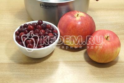 Ягоды разморозить, яблоки промыть и нарезать ломтиками.