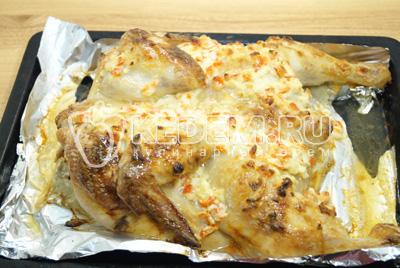 Готовую курицу хорошо полить соком вытопившимся при запекании и дать немного остыть.