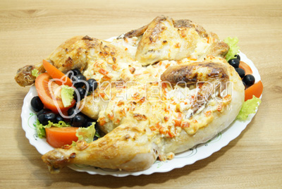Выложить курицу на блюдо с овощами.