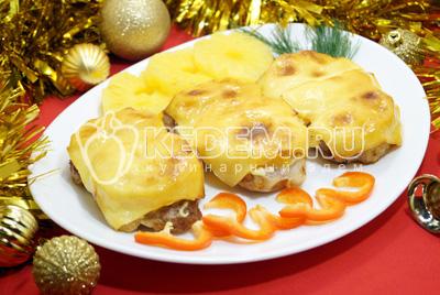 Свинина с ананасами и сыром