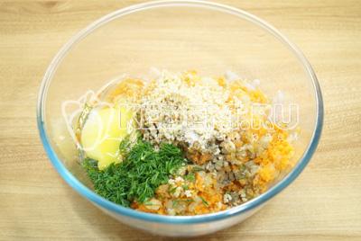 Добавить перекрученный лук, морковь и ломтик батона. Добавить яйцо, мелко нашинкованный укроп, соль и перец. Хорошо перемешать начинку.