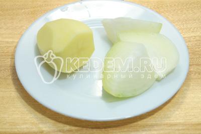 Картофель и лук очистить, прокрутить через мясорубку.