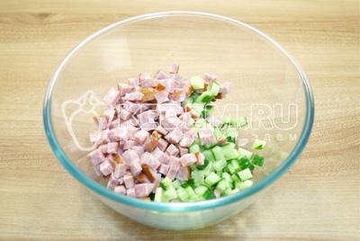 В миску нарезать кубиками ветчину и свежий огурец.