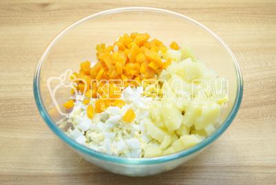 Добавить кубиками нарезанный картофель, морковь и яйца.