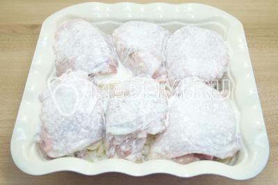 Залить смесью курицу сверху и запекать в духовке при 180 градусах С 45 минут.