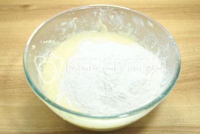 Добавить соль, муку и разрыхлитель.