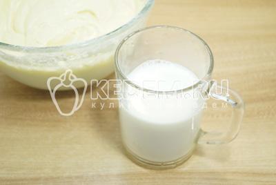 Добавить молоко и перемешать до однородности.