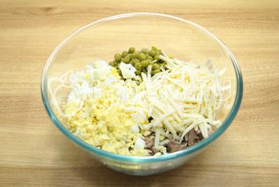 Добавить кубиками нарезанные отварные яйца и тертый сыр.