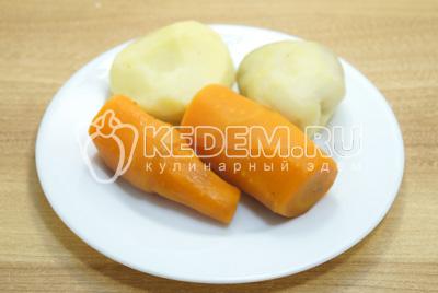 Картофель и морковь отварить, отсудить и очистить.