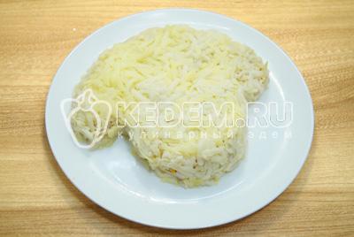 Добавить слой тертого картофеля.