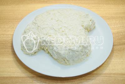 Добавить слой тертого сыра и хорошо промазать майонезом.