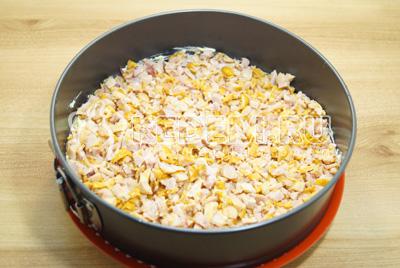 Выложить слой курицы, так же прослоить тертым сыром с яйцами.