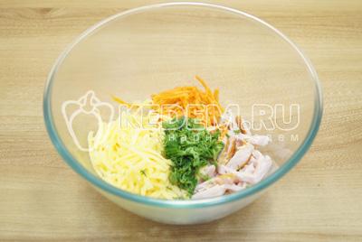 В миске смешать ломтиками нарезанное мясо, тертый сыр, морковь по-корейски и измельченную зелень.