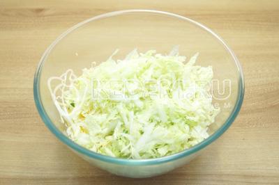 Добавить нашинкованную капусту и перемешать.