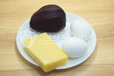Свеклу и яйца отварить до готовности, остудит и очистить.