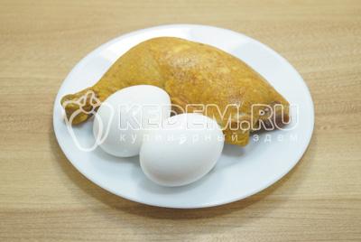 Мясо с окорочка отделить от костей, яйца отварить до готовности.