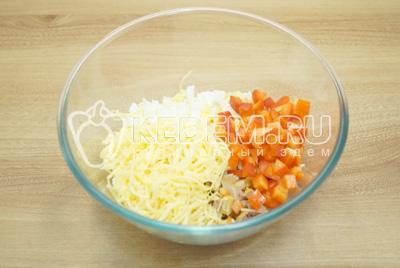 Добавить кубиками нарезанный болгарский перец и тертый сыр.