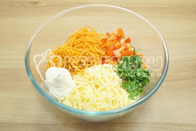 Добавить корейскую морковь, мелко нашинкованную зелень и майонез.