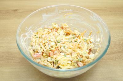 Перемешать салат, посолить по вкусу.