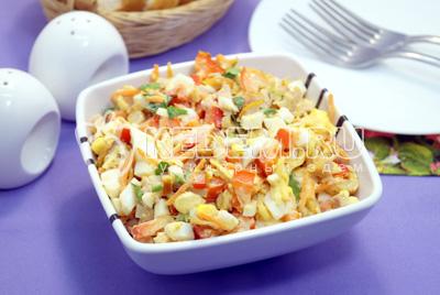 Салат с копченой курицей и корейской морковью готов. Можно подавать к столу.