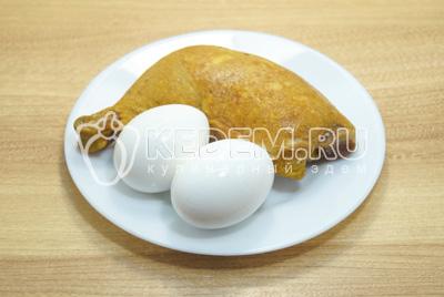 Мясо отделить от костей, яйца отварить до готовности.