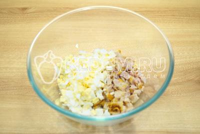 В миску нарезать кубиками яйца и курицу.