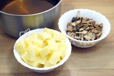 Грибы вынуть и нарезать, картофель очистить и нарезать кубиками, в настой от грибов добавить еще 1 литр воды и поставить варить вместе с картофелем и грибами.