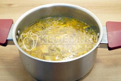 Добавит в суп овощи, посолить и варить на медленном огне 20 минут.