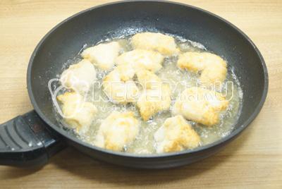 Обжарить на сковороде с растительным маслом с двух сторон до золотистого цвета.