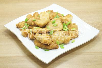 Выложить на блюдо и украсить зеленым луком.