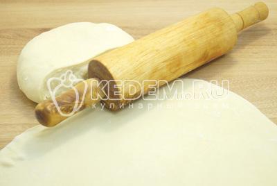 Тесто раскатать в тонкий пласт и вырезать небольшие, аккуратные и круглые сочни.
