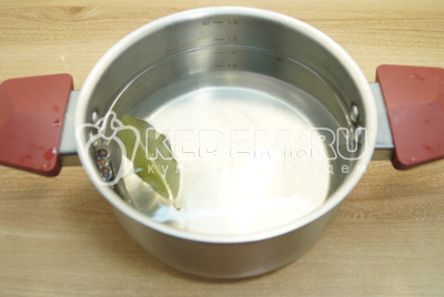В кастрюлю с водой добавить соль (на 1 литр ½ ч. ложки), лавровый лист и перец горошком.