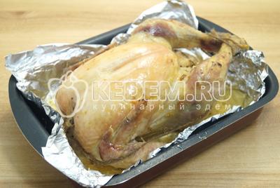 Готовую курицу хорошо пролить соком и дать немного остыть, снять нити.