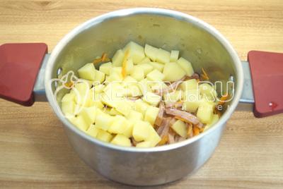 Добавить картофель и воду. Варить 10-12 минут на среднем огне.