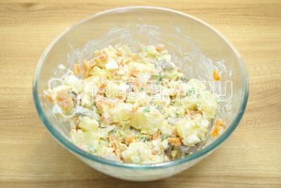 Заправить салат майонезом и посолить по вкусу.