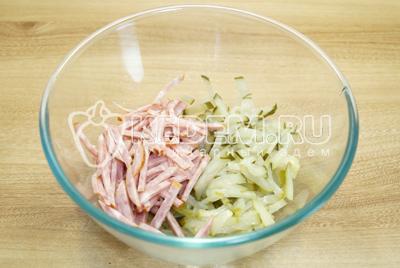 В миску нарезать соломкой колбасу и огурцы.