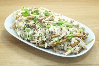 Выложить в салатницу и посыпать мелко нашинкованным зеленым луком.