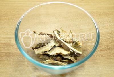 Сухие белые грибы сложить в миску.