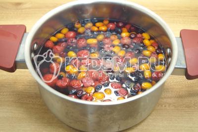 Сложить ягоды в кастрюлю и залить водой.